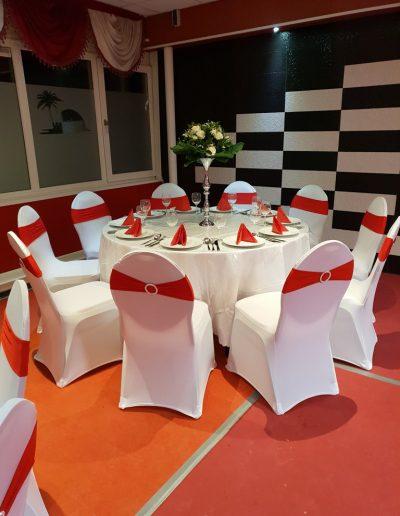 Complete decoratie set rood 8 stoelen - Tafel diameter 122cm - <strong>€ 40,00</strong>